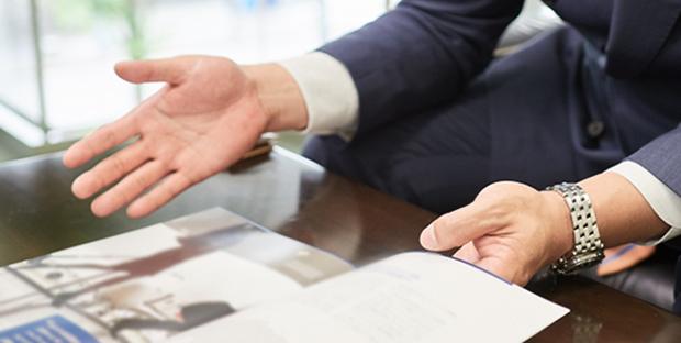 生命保険を提案する営業マン
